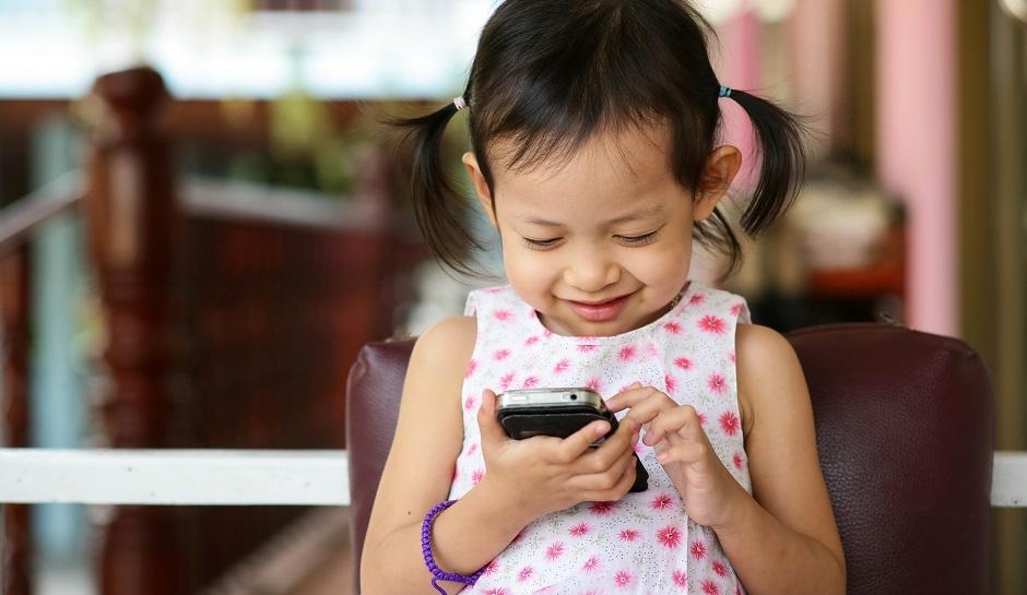 child-on-smartphone