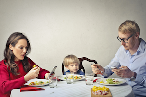 Family_dinner_with_cell_phones